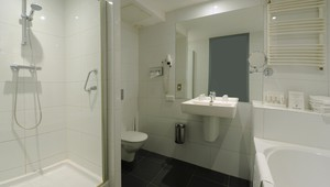 Comfort double room with air-conditioning Hotel Drachten - bathroom