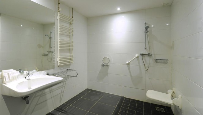 Room with disability access Hotel Drachten - bathroom